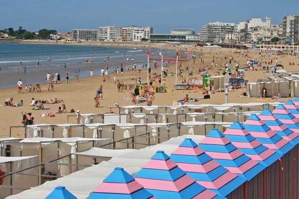 bains rose et bleu les cabines de plage aux sables d 39 olonne en vend e plages et bains de mer. Black Bedroom Furniture Sets. Home Design Ideas